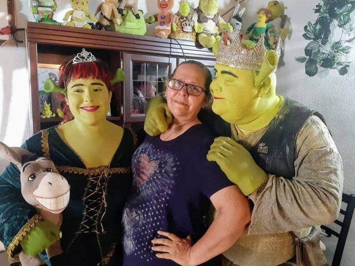 Shrek de Tijuana, su esposa y su hija