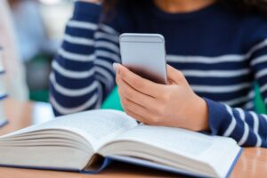 Mujer utilizando dispositivo móvil