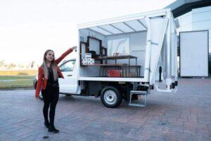 Nissan le regaló una camioneta adaptada para dar clases