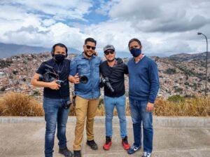 Equipo de Badabun con el periodista venezolano Jesús Medina