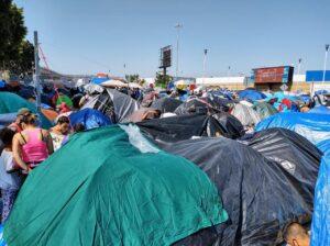 Migrantes acampan en la frontera entre México y Estados Unidos