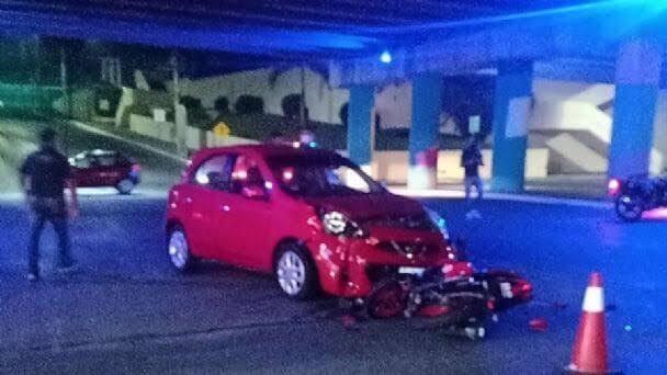 Accidente entre auto y motocicleta