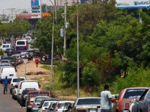 Fila para adquirir gasolina en Venezuela, foto Reuters