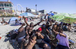 Haitianos en la playa de la ciudad de Tijuana